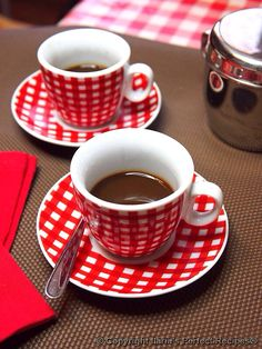 Gingham....ooohhh......love these coffee cups......
