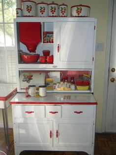Sellers hoosier cabinet, storage for kitchen Love the retro colouring. Red And White Kitchen, Red Kitchen, Kitchen Items, Country Kitchen, Kitchen Decor, Cherry Kitchen, Country Farmhouse, 1940s Kitchen, Cozy Kitchen