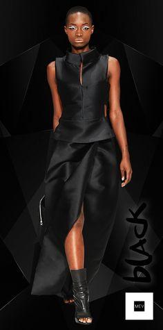 La profundidad del color negro en MEV  muestra la sustancia femenina dónde la simplicidad es la última forma de elegancia.