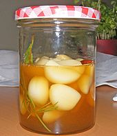 Knoblauch eingelegt in Honig GARLIC IN HONEY every second you have to wait – sooo good Easy Cooking, Healthy Cooking, Healthy Recipes, Vegetarian Recepies, Pickled Garlic, Good Food, Yummy Food, Snacks Für Party, Food Humor