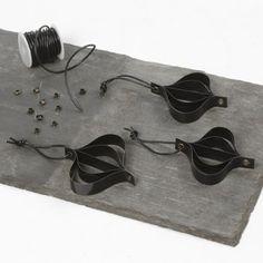Ophæng af sorte lakstrimler i snørering med lædersnøre