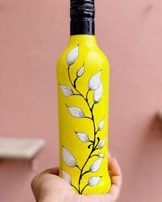 Wine Bottle Art, Plastic Bottle Crafts, Painted Wine Bottles, Diy Bottle, Wine Bottle Crafts, Glass Bottles, Painting Glass Jars, Glass Painting Designs, Bottle Painting