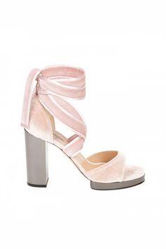 高跟涼鞋款式錄:轉季在即,大量品牌頻頻推出絲絨高跟涼鞋,你最想入手哪一款?