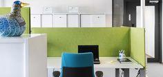 Vaaleilla kalusteilla ja vahvoilla tehosteväreillä saadaan moderni ja inspiroiva yleisilme #toimisto #design