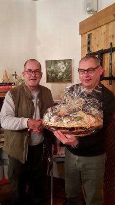 Gastgeschenk: Als fairer Verlierer überreichte Clubsekretär Eugen Kunzfeld (rechts) einen schönen Geschenkkorb an unseren Lungauer Lions-Präsidenten Tim Cole