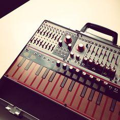 Custom Eurorack modular synthesizer case from www.voltagecontrolledsuitcase.com