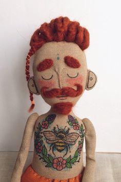 Stoff-Puppe mit Tätowierungen Schnurrbart und von Tattoysclub