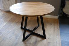 Une table ronde extensible. Fait à la main sur commande. Un chêne épaisseur 32mm (ou autres essences de bois) en haut sur pattes en acier thermolaqué à nimporte quelle couleur RAL que vous aimez. Table idéal pour les petits espaces, extensibles lorsque nécessaire. Toutes les tailles disponibles - vous pouvez choisir le diamètre de la partie supérieure ainsi que les dimensions de la pièce dextension. La forme des jambes peut également être légèrement modifiée. Une cire à lhuile de finition.