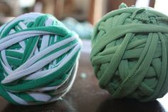 Great tutorial on how to make yarn for crocheting, knitting and weaving from old t-shirts ❥ 4U // hf