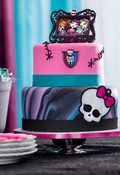 Make a monsteriffic cake for a freaky-fab Monster High party. The Monster High DecoSet® Cake Topper includes a keepsake frame, ring and Skullette decoration.