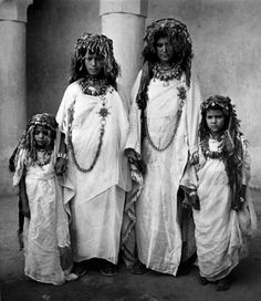 "Africa | ""Femmes et fillettes des Aït Seddrat en costume de fête"". Draa Valley, Morocco | ca 1934 - 39 | ©Jean Besancenot"