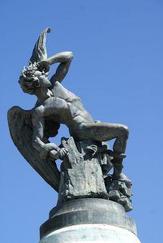 Erroneamente se cree que la escultura del Parque del Retiro es el único monumento dedicado a Lucifer del mundo, pero en Turín hay otro, el monumento al Traforo del Frejus . Lo que no es erroneo es que el monumento al Ángel Caído del Retiro se encuentra exactamente a 666 metros de altitud sobre el nivel del mar.