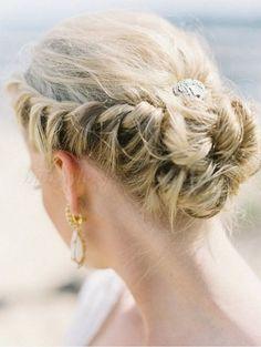 coiffure de mariage chic: chignon bas fleur et tresse diadème