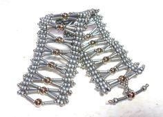Pronta Entrega!  BRACELETE VENEZA *Prata*  Bracelete confeccionado com miçangas, pérolas e canutilhos trançados.  Dimensões do produto: Largura: 18cm X Altura: 4cm  PRONTA ENTREGA!!!! R$ 38,00