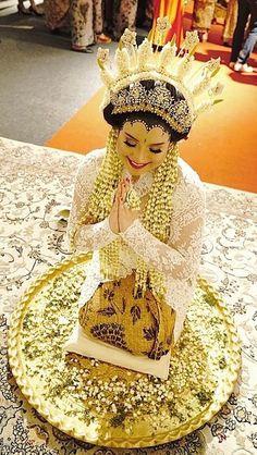 The bride in Madura custom. Javanese Wedding, Beautiful Arab Women, Wedding Costumes, Wedding Wishes, Captain Hat, Ethnic, Dream Wedding, Princess Zelda, Culture