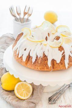 Rezept für den besten Zitronenkuchen. Perfekt und saftig! - Rührteig mit Zitronenabrieb, etwas Speisestärke und reichlich Eiern und Zitronen-Puderzuckerguss - http://herzelieb.de/zitronenkuchen-bestes-rezept-saftig-perfekt-backen/