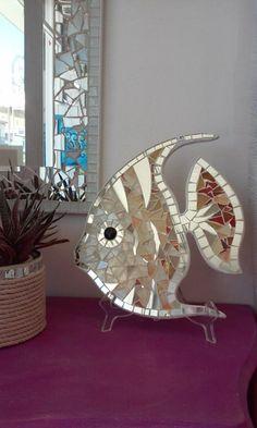 Angelfish,bellissimo complemento darredo,da appendere o da appoggio in ogni angolo della casa o del patio.E realizzato in mosaico di specchio e di vetri colorati e cangianti,riflette ogni bagliore di luce donando freschezza e vitalita ad ogni ambiente. cm.30 x 25 Specificare il colore preferito Ogni