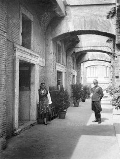"""Mercati Traianei, corridoio scoperto a valle, al secondo piano della Grande Aula, durante la """"Mostra romana"""" anni 1930"""