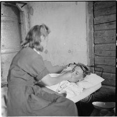Rintaman läheisyydessä on kenttäsairaala, jossa hellät naiskädet ottavat havoittuneen hoitoonsa ja auttavat heitä kaiken vointinsa mukaan. Kenttäsairaala 33 osasto A. Korpiselkä 1944.07.31.