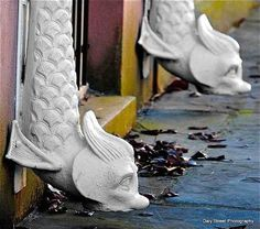 30 Amazing Downspout Ideas, Splash Guards, Charming Rain Chains and Creative Rain Ropes – Lushome Modern Rain Chains, Decorative Downspouts, Japanese Garden Design, Japanese Gardens, House Foundation, Small Patio, Water Features, Garden Inspiration, Exterior Design