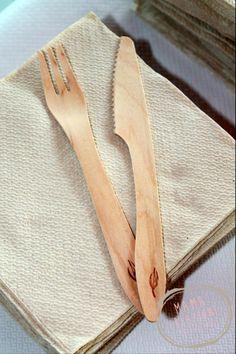 Posate in legno morbido color beige delicato. Molto eleganti. www.bonappetitmama.it