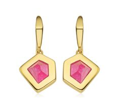 Embracing the beauty of the natural hexagonal structure of the gemstones, the Petra Wire earrings are perfect for taking you from day to night. The pink quartz gemstone measures 10mm x 11mm surrounded by a 2.5mm 18ct Gold Vermeil bezel setting. The earrings measure 28.5mm in length with a 13.5mm drop. Style with the Petra pendant and Petra ring for an elevated look.