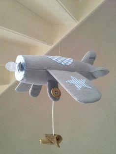 Voorbeeld kraamcadeau: vliegtuig (ook andere leuke ideeën voor cadeautjes op de website) Diy Baby Gifts, Baby Crafts, Crafts To Do, Crafts For Kids, Baby Girl Toys, Toys For Girls, Kids Toys, Sewing For Kids, Baby Sewing