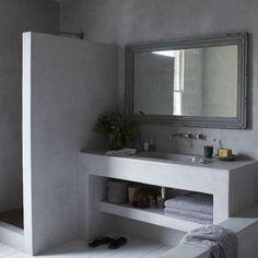 Πατητή τσιμεντοκονία: το απόλυτο μοντέρνο υλικό στο χώρο του σπιτιού. Η πατητή τσιμεντοκονία είναι ένα ενισχυμένο μείγμα με σκληρυντικά και τσιμέντο και μπορείτε να το βρείτε σε διάφορες αποχρώσεις, εφαρμόζεται σε τοίχους και δάπεδα εσωτερικών και εξωτερικών χώρων. Έχει πολύ δυνατή πρόσφυση σε υποστρώματα από μπετό αλλά και σε πλακάκια, μωσαϊκό, μάρμαρο, ξύλο, μέταλλο