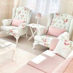Adana'da yaşayan yeni evli Hatice hanımın evinde, pastel tonlar cıvıl cıvıl çiçek desenlerle buluşuyor.. Country (kır evi) stilde döşenmiş bu evde; çiçek desenler halılar, berjerler ve dekoratif objel...