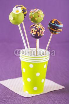 Cake Pops in einem Becher, lila