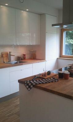 Küche weiß-hochglanz mit Holz-Arbeitsplatte