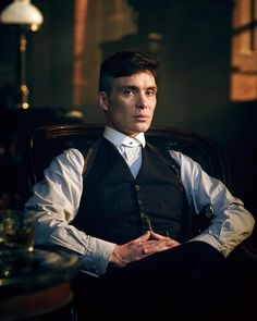 Cillian Murphy as Thomas Shelby in the Peaky Blinders TV show Peaky Blinders Wallpaper, Peaky Blinders Poster, Peaky Blinders Series, Peaky Blinders Tommy Shelby, Peaky Blinders Thomas, Cillian Murphy Peaky Blinders, Thin Hair Cuts, Boardwalk Empire, Mode Blog