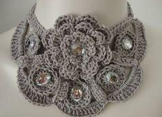 Um lindo colar, charmoso e delicado. Composto por uma flor única e pequenos círculos com chatons transparentes. Usei linha Duna na cor cinza. Pode ser feito em outras cores: Consulte. R$ 69,00