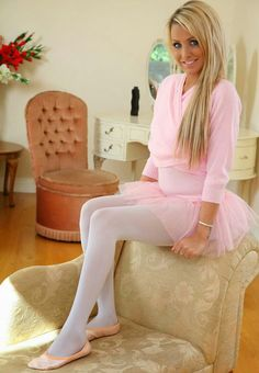 Pink ballerina and ballet slippers Geek Chic Outfits, Cute Girl Outfits, Girly Outfits, Dance Outfits, Colored Tights Outfit, Pink Tights, White Tights, Mode Zendaya, Zendaya Style