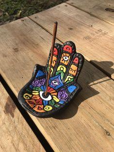 Hamsa handpsychedelic rainbow polymer clay incense holder - I& looking forward . - Hamsa handpsychedelic rainbow polymer clay incense holder – I am very happy to share this article - Diy Fimo, Diy Clay, Clay Art Projects, Polymer Clay Projects, Polymer Clay Art, Ceramic Pottery, Ceramic Art, Slab Pottery, Ceramic Bowls