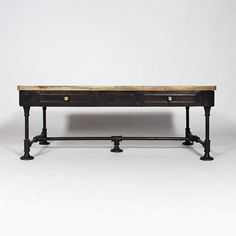 Table basse industrielle en fonte noire. Table vintage style usines anciennes.