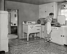 All Electric Farm: 1936 – Kitchen Rugs sink 1930s Kitchen, Old Kitchen, Kitchen Rug, Vintage Kitchen, Vintage Pictures, Old Pictures, Old Stove, Vintage Housewife, Dark Cabinets