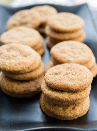 Biscuits double gingembre -  2 1/4 tasses de farine tout usage non blanchie, 2 c. à thé de bicarbonate de soude, 2 c. à thé de gingembre moulu, 1/2 c. à thé de cannelle moulue, 1/2 c. à thé de sel,1/4 tasse de gingembre cristallisé ou confit, haché finement, 3/4 tasse de beurre non salé, ramolli, 3/4 tasse de sucre, 1/2 tasse de cassonade tassée, 2 c. à soupe de mélasse, 1 c. à thé de zeste de citron râpé finement, 1 œuf, 1 c. à soupe de lait