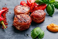 Как приготовить вкусные сочные медальоны: инструкция к применению  Мясные медальоны — это деликатес французской кухни, представляющий собой небольшие отбивные круглой формы, которые обычно делают из говядины, телятины, свинины, индейки или курицы. Медальоны подают в лучших ресторанах мира, но их можно приготовить и в домашних условиях.#мясныеблюда #медальоны #свинина #бекон #рецепты #советы #секретыприготовления #блюда #готовимдома #едимдома #кулинария