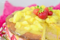Peach-Buttermilk-Cake with Strawberry-Mousse