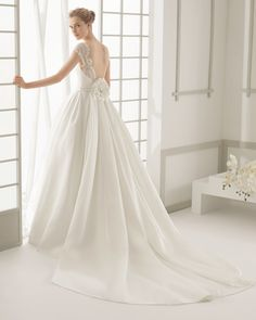 Beaded lace and silk organza wedding gown with silk organza train. Rosa Clará 2016 Collection.