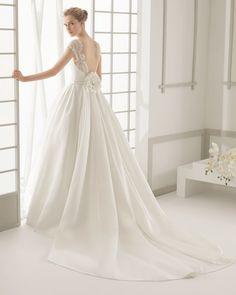 DAROCA traje de novia en encaje pedrería y organza de seda con cola de organza de seda.