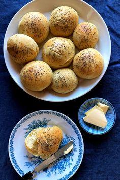 Tangzhong-menetelmällä voi leipoa erityisen pehmeät sämpylät. Aasiasta levinnyt leivontametodi tekee sämpylätaikinasta kuohkeaa. Innokas kotileipuri Johanna testasi hittimenetelmän. Bun Recipe, Zero Waste, Buns, Hamburger, Breads, Tasty, Cooking, Recipes, Hokkaido