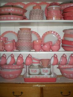 Pink Pyrex Collection pink home vintage antique decorate dishes collection pyrex design ideas Fiesta Ware, Kitsch, Pyrex Set, Pink Pyrex, Pyrex Bowls, Vintage Dishware, Vintage Dishes, Pyrex Vintage Patterns, Corningware Vintage