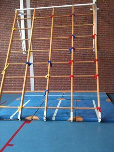 Route klimmen: de kinderen mogen alleen op de houten spaken komen waar hun route aan hangt. Je kan de route met lintjes aangeven. Gebruik verschillende kleuren om makkelijke en moeilijke routes aan te geven.