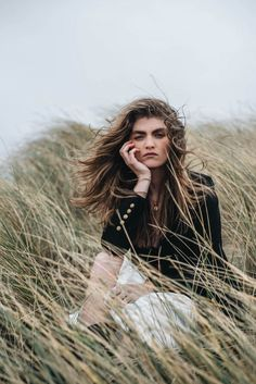 Beach Portraits, Portrait Poses, Portrait Photography, Outdoor Modeling, Outdoor Fashion Photography, Portrait Editorial, Theme Nature, How To Pose, Facon