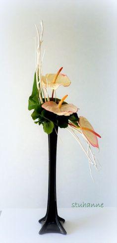 "Image - bouquet en ""S"" modernisé. Ikebana Flower Arrangement, Flower Arrangements Simple, Silk Arrangements, Most Beautiful Flowers, Big Flowers, Tropical Flowers, Wedding Flowers, Art Floral, Floral Design"