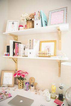 Linda inspiração pra decoração de home office feminino. Ameis os detalhes em dourado ♥