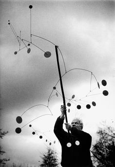 Alexander Calder : : photo by Ugo Mulas Alexander Calder, Abstract Sculpture, Sculpture Art, Mobile Calder, Mobiles, Atelier Theme, Mobile Sculpture, Mobile Art, Kinetic Art