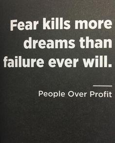 O medo mata mais sonhos do que o fracasso! Fracassar faz parte e é natural quando você aceita isso fica mais fácil de agir apesar do medo. (Imagem do livro People Over Profit do @dalepartridge )  #vamaislonge #peopleoverprofit